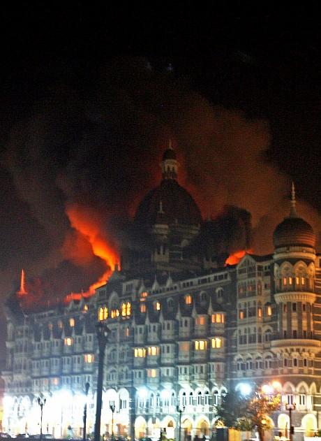 Hotel Taj sedang terbakar setelah serangan teroris di Mumbai